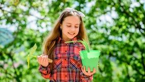 o Цветочный горшок владением ребенк ребенка прелестный и инструмент сапки садовничая Садовничать мирное медитативное занятие стоковое изображение
