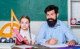 o ?? 专人上课 有有胡子的老师人的小女孩孩子在教室 女儿研究 免版税库存图片