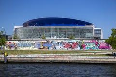 O2世界舞台和柏林围墙的看法 免版税图库摄影