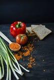 o 平衡的健康吃背景 扁豆,白面包,菜,在一黑暗木的绿色 免版税库存照片