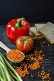 o 平衡的健康吃背景 扁豆,白面包,菜,在一黑暗木的绿色 库存照片