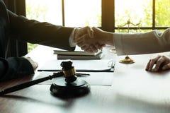 o 握手的商人,结束会议,成功协议交涉 免版税图库摄影