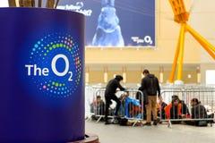 O2竞技场的内部有它的商标的在前景 免版税库存照片