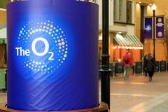 O2竞技场的内部有它的商标的在前景 库存图片