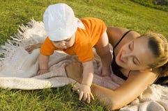 παίζοντας νεολαίες μητέρ&o Στοκ Εικόνα