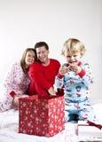 οικογενειακό πρωί Χριστ&o Στοκ φωτογραφία με δικαίωμα ελεύθερης χρήσης