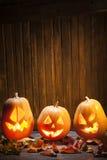 Поднимите сторону домкратом тыквы хеллоуина фонариков o на деревянной предпосылке Стоковая Фотография