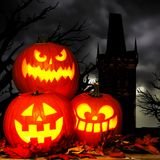 万圣夜杰克o与鬼的树和塔的灯笼场面 免版税库存照片