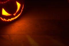 与起重器o灯笼的邪恶的面孔的鬼的万圣夜背景在角落的 免版税图库摄影