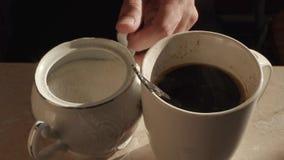 O açúcar é adicionado ao close up da xícara de café video estoque
