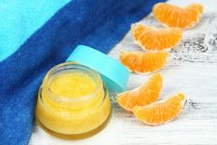 O açúcar alaranjado natural esfrega bom para a pele perfeita Foto de Stock Royalty Free
