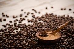 O açúcar em um porringer está em uma tabela em grões do café Imagens de Stock Royalty Free