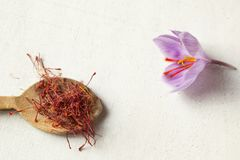 O açafrão datilografa dentro uma flor da colher e do açafrão em um backgroun branco Imagens de Stock Royalty Free