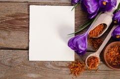 O açafrão floresce com o cartão vazio para seu texto com soffron Foto de Stock