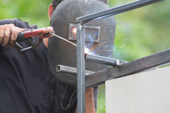 O aço da soldadura do trabalhador do homem Foto de Stock