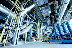 O aço da zona industrial canaliza tons azuis foto de stock