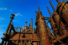 O aço industrial empilha oxidado e colorido ao longo do tempo no Pa de Bethlehem em um dia de verão imagem de stock royalty free