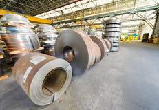 O aço laminado bobina na área de armazenamento pronta para alimentar à máquina Fotografia de Stock