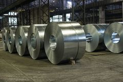 O aço pesado bobina no assoalho da fresa de aço fotografia de stock royalty free