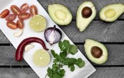 O abacate, cebola, tomaten, o pimentão, ingredientes para o guacomole imagens de stock royalty free