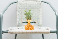 O abacaxi com vidros é gasto é colocado na tabela Conceito do verão fotografia de stock