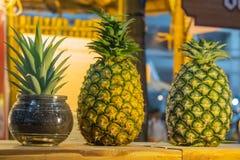 O abacaxi, de que é colocado em umas caixas de madeira, doce fresco do gosto fotografia de stock royalty free