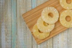 O abacaxi soa a vista superior Fatias do ananás em uma placa de madeira fotos de stock royalty free