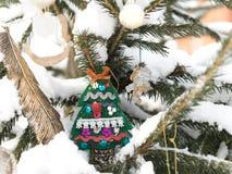 O abeto é decorado por brinquedos do Natal Brinquedo e anjo do abeto Imagem de Stock