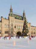 O abeto e os povos do Natal estão patinando Foto de Stock