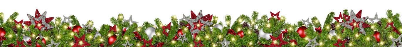 O abeto largo super da festão de prata vermelha do Natal ramifica panorama