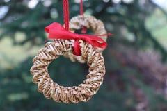 O abeto ramifica com decorações da palha em uma obscuridade - fundo verde Fundo do Natal Foco seletivo O lugar para Imagem de Stock Royalty Free