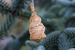 O abeto ramifica com decorações da palha em uma obscuridade - fundo verde Fundo do Natal Foco seletivo O lugar para Foto de Stock