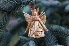 O abeto ramifica com decorações da palha em uma obscuridade - fundo verde Fundo do Natal Foco seletivo O lugar para Fotografia de Stock