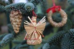 O abeto ramifica com decorações da palha em uma obscuridade - fundo verde Fundo do Natal Foco seletivo O lugar para Fotografia de Stock Royalty Free