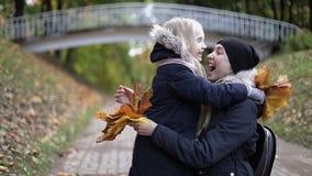 O abraço da mamã e da filha no outono estaciona video estoque