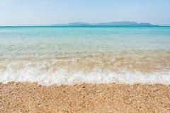 O abrandamento do céu azul e da luz solar da praia do mar ajardina Fotos de Stock Royalty Free