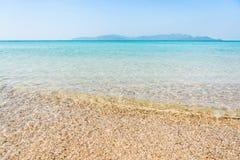 O abrandamento do céu azul e da luz solar da praia do mar ajardina Fotografia de Stock Royalty Free