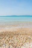 O abrandamento do céu azul e da luz solar da praia do mar ajardina Fotografia de Stock