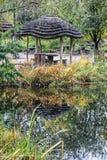 O abrigo é espelhado no lago, cena do outono fotografia de stock royalty free