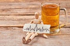 O abuso da cerveja conduz à doença cardíaca imagens de stock royalty free