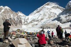 O acampamento base de Everest, a geleira do khumbu e os turistas comemoram o acampamento base -15th de Everest de novembro 201 Imagem de Stock