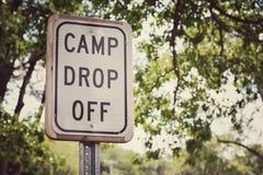O acampamento deixa cair fora o sinal Foto de Stock Royalty Free