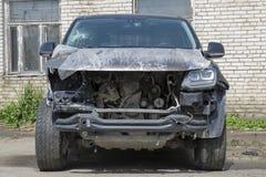 O acidente de trânsito, acidente de trânsito, a parte dianteira do carro deixado de funcionar e quebrado mal, o carro precisa o s fotos de stock