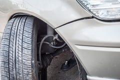 O acidente do acidente de viação, o impacto ao eixo de roda dianteira e o amortecedor são bro Foto de Stock Royalty Free
