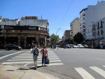 O acidente ontem, o 7 de fevereiro, Homero Manzi Buenos Aires que de canto ArgentinanMotorcyclist cai a rua é ajudado para baixo  fotografia de stock royalty free