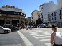 O acidente ontem, o 7 de fevereiro, Homero Manzi Buenos Aires que de canto ArgentinanMotorcyclist cai a rua é ajudado para baixo  fotografia de stock