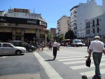 O acidente ontem, o 7 de fevereiro, Homero Manzi Buenos Aires que de canto ArgentinanMotorcyclist cai a rua é ajudado para baixo  imagem de stock royalty free