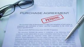 O acordo de compra pendente, oficiais entrega o carimbo do selo no documento de negócio filme