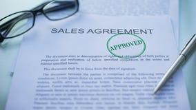 O acordo de vendas aprovado, oficiais entrega o carimbo do selo no documento de negócio video estoque