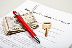 O acordo do contator com chave e notas do dólar Imagens de Stock Royalty Free